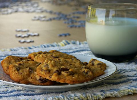 1024px-Milk_and_chocolate_chip_cookies%2c_with_puzzle_in_background